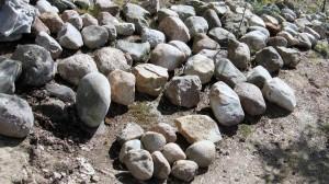 Suuret kivet levitetty esille ennen rakentamista. Edessä muutamia keskikokoisia kiviä.