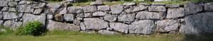 Kivimuuri lohkareista, vaakakivi rakennustapa.