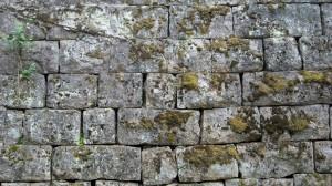 Kivimuuri jossa tasakorkuiset rivit, leikatuista kivistä, Verla.