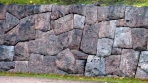 Kivimuuri paikkaan leikatuista kivistä, Vantaa.
