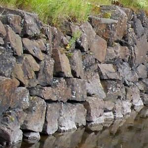 Kivimuuri joka on tehty lohkareista.