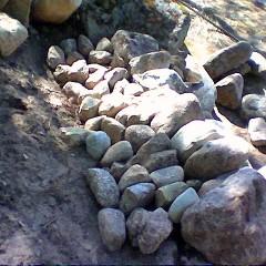 Taustan tuenta tehty suurilla kivillä.