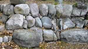 Kivimuuri jossa pystykivi rakennustapa.
