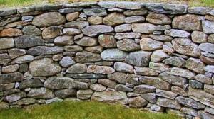 Kivimuuri jossa vaakakivi rakennustapa.