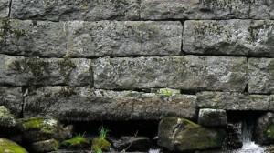 Kivimuuri vedessä, tasakorkuiset rivit, Itä-Suomi