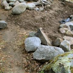 Ensimmäisiä reunakiviä paikoillaan. Edessä olevat kivet vaihdetaan korkeampiin.