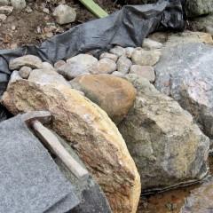 Taustan kivien korkeus jää muutaman sentin alle etureunan kivien korkeutta.