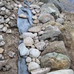 Reunakivien tausta tuetaan pienemmillä kivillä.