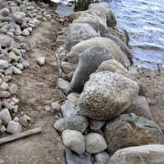 Isojen kivien kerros valmis.