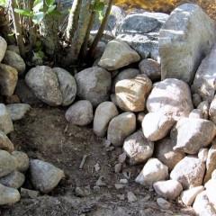 Isojen kivien tausta tuettu keskikokoisilla kivillä, kulma.