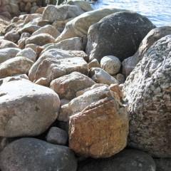 Isojen kivien tausta tuettu keskikokoisilla kivillä, sivusta katsottuna.