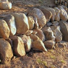 Kivien väliset raot tilkitty.