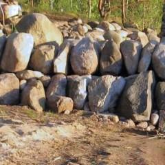 Yleiskuva valmistuvasta kivimuurista.