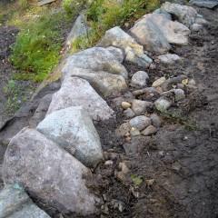 Taustalle lisätty kivihiekka ja se on vedellä valutettu rakoihin.
