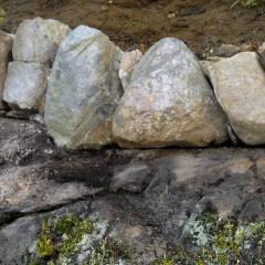 Reunakiviä kivipenkereen näkyvältä puolelta katsottuna.
