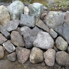 Penkereen tausta tuettu keskikokoisilla kivillä.