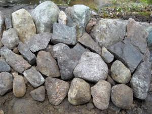 Reunakivien tausta tuettu keskikokoisilla kivillä. Kuva ylhäältä päin.