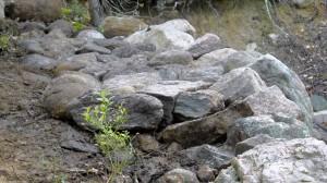 Taustakivien yläpinta on muutaman sentin alempana kuin reunakivien huiput.