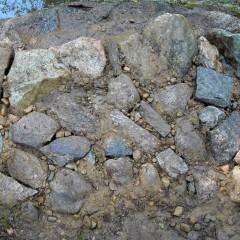 Päälle lisätty kivihiekka ja se on vedellä valutettu rakoihin.