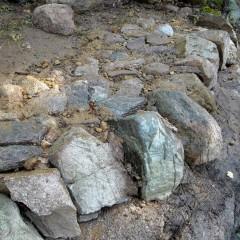 Kivihiekka on vedellä valutettu rakoihin.