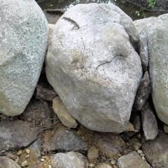 Reunakivien alaosan rakoja tilkitty kivillä. Kivet seisovat tukevasti.