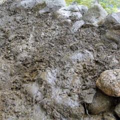 Hiekka ajettu vedellä kivien rakoihin. Hiekkaa lisätty jotta tiivis.