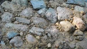 Muurin tukikivien välissä on hiekkaa ja pikkukiviä. Valutettu veden avulla.